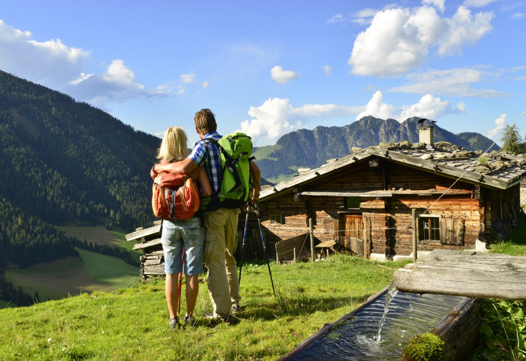 Wanderpaar_bei_Stettauer_Alm_Alpbach