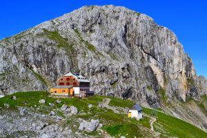 Die Hütte mit dem Hausberg Sinabell im Hintergrund