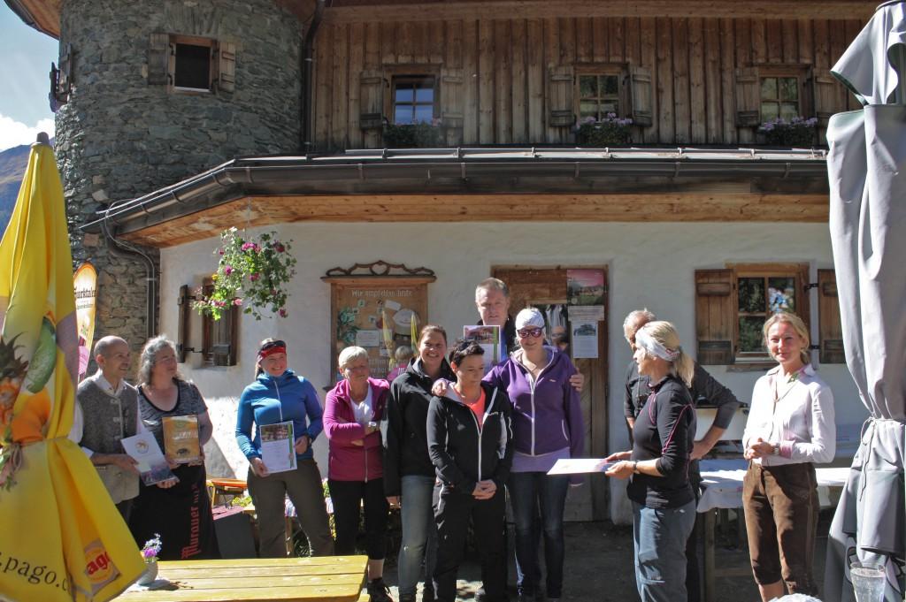 Überreichung der Urkunde an die Gamskogelhütte