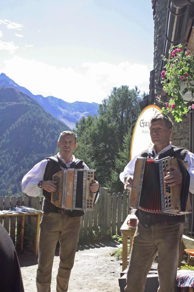 Musikanten bei Hüttenfeier