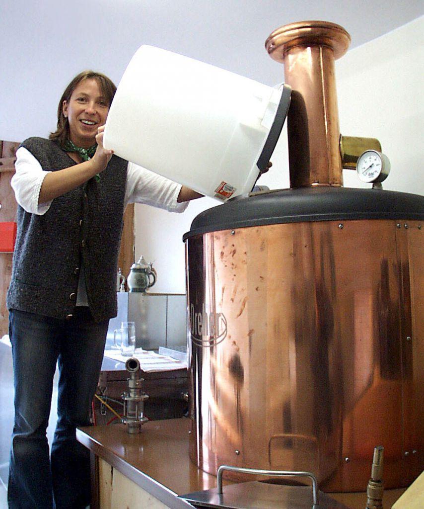 Lotte Sorger beim Brauen des Jauntaler Bauernbiers