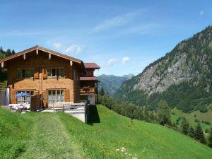 bauerndoerfl-rindereben-blockhaeuser-terrasse