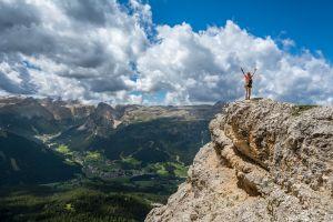 Person am Gipfel-Berge, pixabay